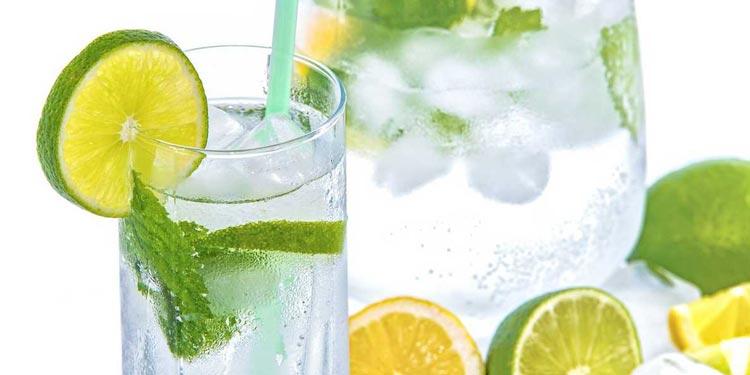 11 Vorteile von Zitronenwasser für die Gesundheit